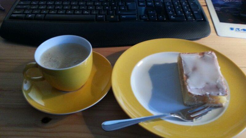 Kaffe in der Nähe von Kuchen