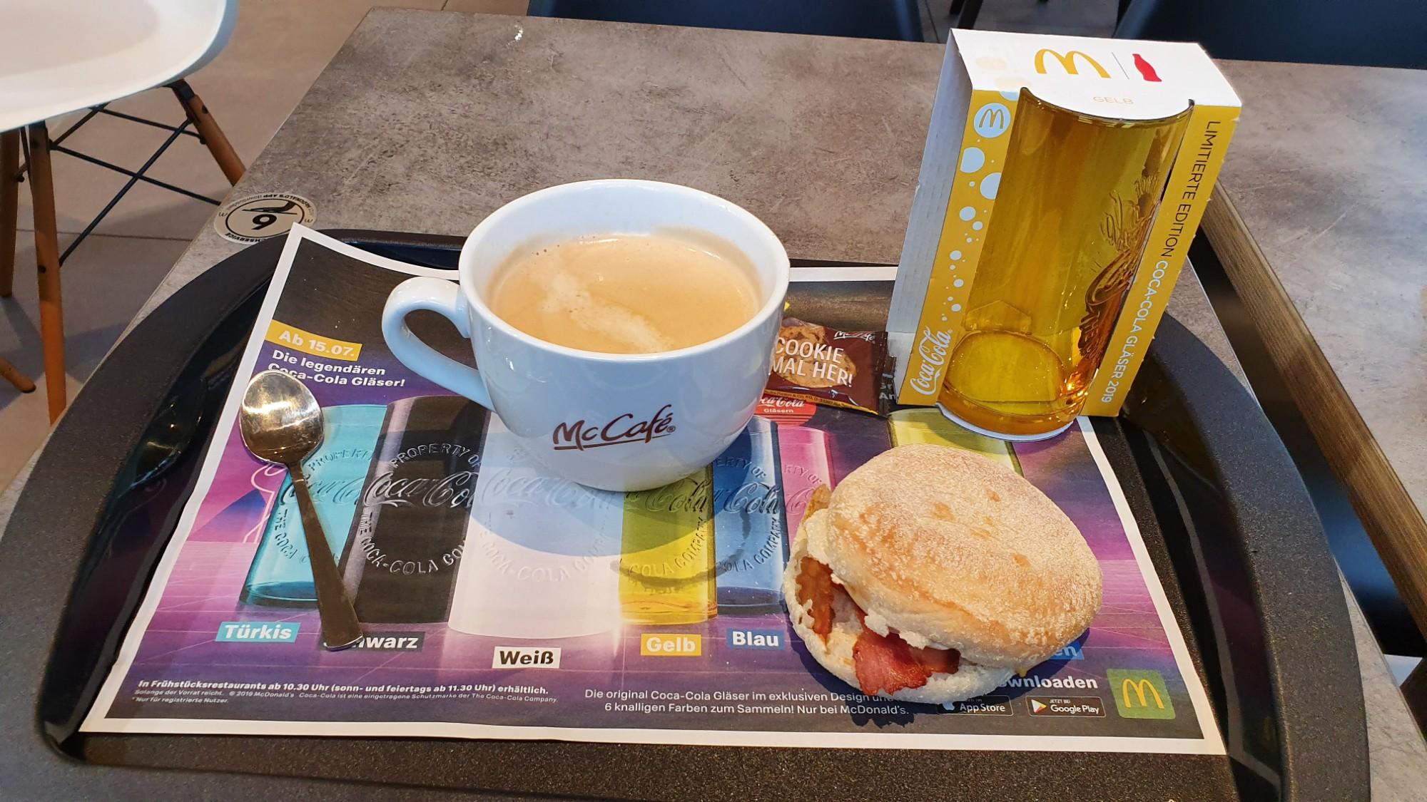 Ein Frühstück mit gelbem Glas
