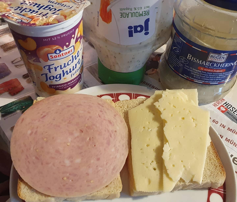 Wurst K se Scenario, im Hintergrund Fisch und Joghurt