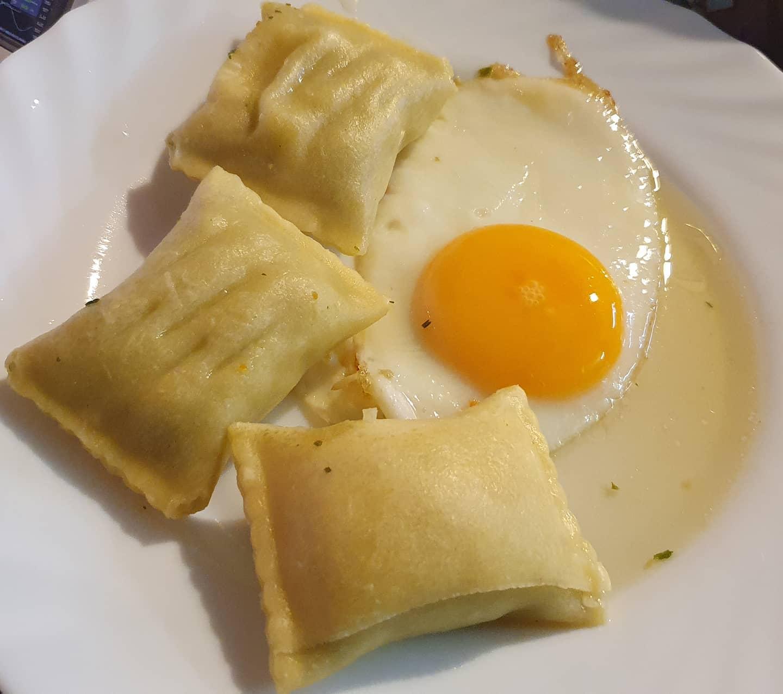 Gespiegeltes Ei neben Maultaschen